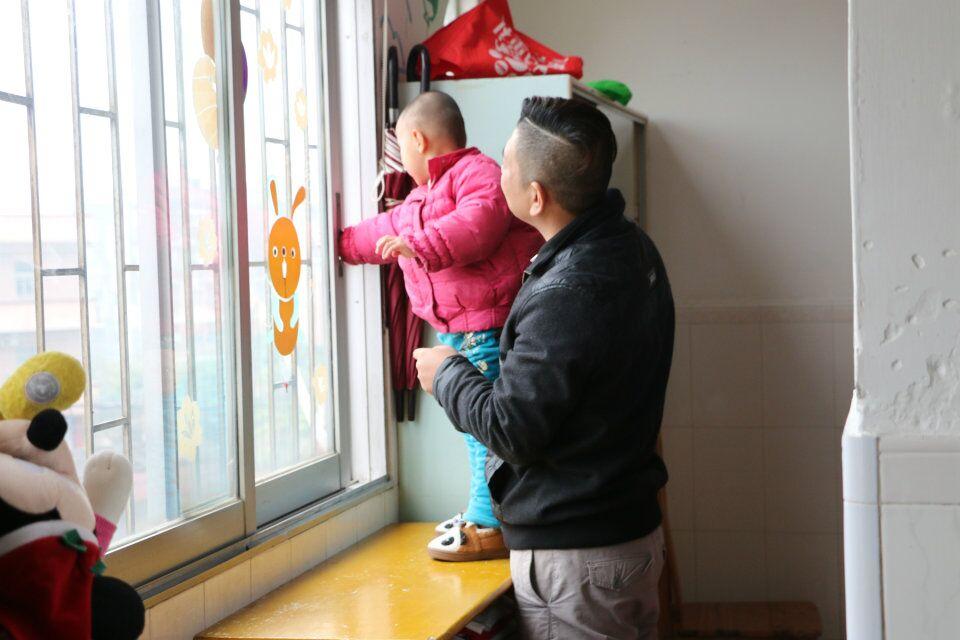 重复练习晒衣服动作   此次   老员工信孚儿童慈爱院暖心公益行就在孩